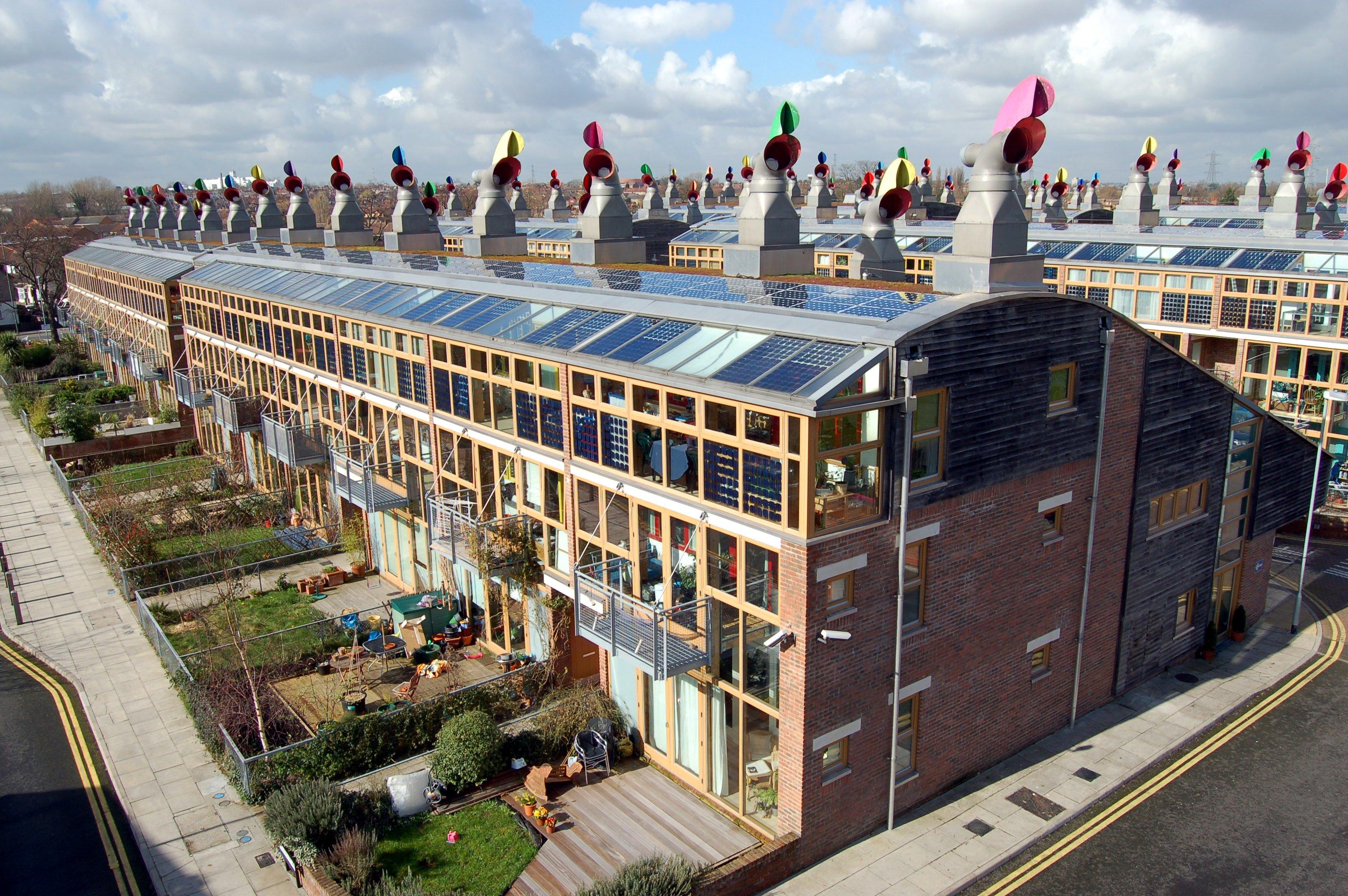 tzw. BedZED (Beddington Zero Energy Development) - przyjazne środowisku domy w Anglii; fot. Tom Chance (cc) wikimedia.org