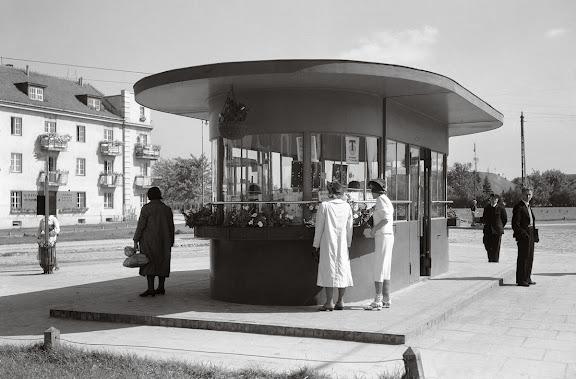 Przystanki tramwajowe na pl. Wilsona, zniszczone w 1944, źródło: raster.art.pl
