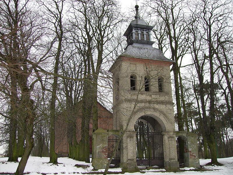 Dzwonnica kościoła ewangelicko-augsburskiego w Poddębicach. W głębi zbór ewangelicki; fot. Wiktor Poddebice (CC BY-SA 3.0)