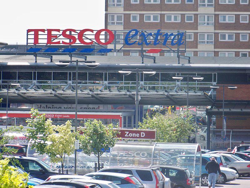 Tesco w centrum handlowym Seacroft Green w Seacroft, Leeds, West Yorkshire, w Wielkiej Brytanii; fot. Mtaylor848, (CC BY-SA 3.0)