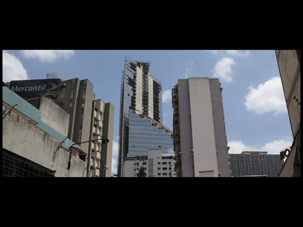 Kadr z filmu o Torre David, przygotowanego przez Urban Think Tank na Biennale Architektury w Wenecji w 2012 roku