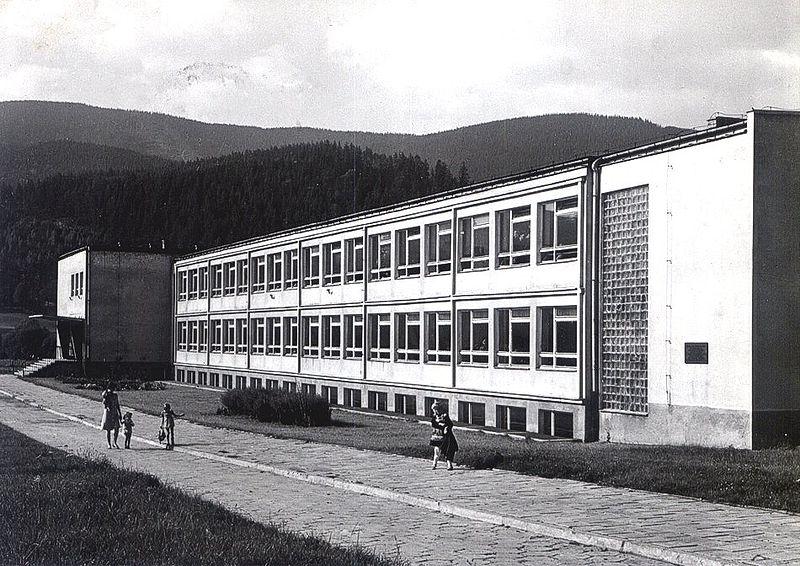 Szkoła Tysiąclecia w Węgierskiej Górce, 1973, http://wegierska-gorka.urbas.pl, Wikimedia Commons, zdjęcie w domenie publicznej