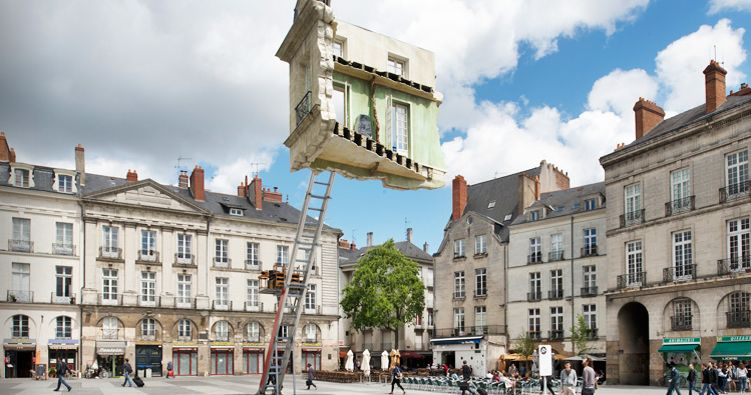 Leandro Erlich, Monte-Meubles. L'Ultime déménagement (2012), Le Voyage à Nantes 2012, Nantes, France, Fot. Martin Argyroglo, źródło: www.leandroerlich.com.ar