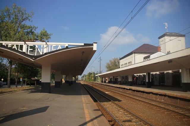 Stacja Kolejowa Warszawa Falenica - widok z peronu zachodniego, fot. Mateusz Włodarczyk, (CC BY-SA 3.0)