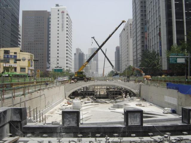 Rozbiórka wiaduktów i szosy na potrzeby bulwaru Cheonggyecheon, Seul, 2005, zdjęcie w domenie publicznej